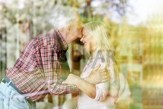 Senior küsst seiner Ehefrau zärtlich auf die Stirn