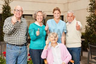 Gruppe Senioren mit Daumen nach oben