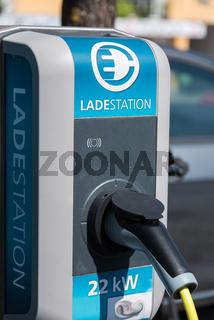 Elektroauto tankt an einer Ladestation - Nahaufnahme Mobilität E-Cars
