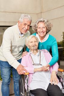 Senior Frau im Rollstuhl mit Freunden