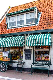 Käseladen in Holland mit grünweisser Markiese