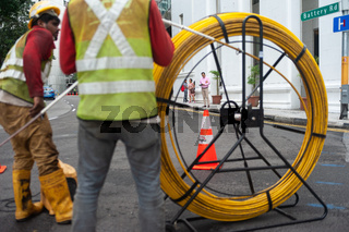 Singapur, Republik Singapur, Arbeiter verlegen im Geschaeftsviertel Kabel