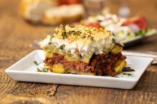 griechischer Salat mit Moussaka auf Holz