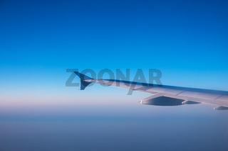 Tragfläche eines Flugzeuges in der Luft