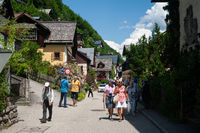 Hallstatt, Oesterreich, Touristen spazieren durch die kleine Ortschaft