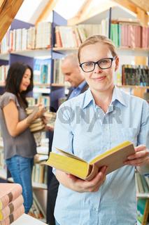 Frau als Bibliothekar oder Dozentin mit Buch