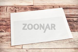 Zeitung mit leerer Titelseite auf Holz