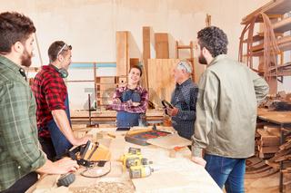 Gruppe Tischler mit Azubis in der Werkstatt