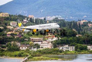 Flugzeug im Landeanflug auf Korfu