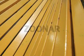 Gelbe Holzbank