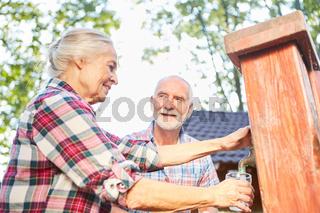 Senioren Paar füllt Wasser in ein Glas