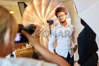 Junger Mann posiert als Model für Porträtfotos