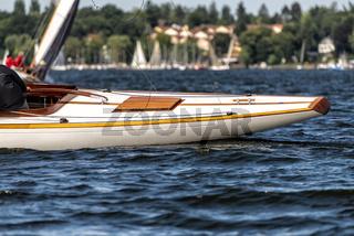 Heck einer klassischen Segelyacht auf einem See während einer Regatta