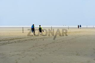 Besucher wandern im Watt, Westerhever, Schleswig-Holstein, Deutschland