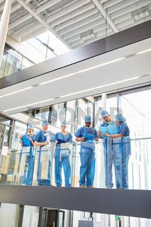 Gruppe Chirurgen mit Krankenakten beim Briefing