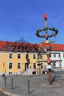 Rathaus mit Maibaum
