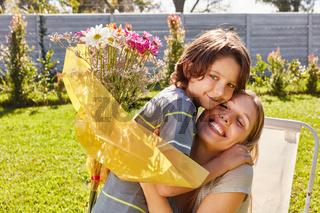 Sohn schenkt seiner Mutter einen Blumenstrauß