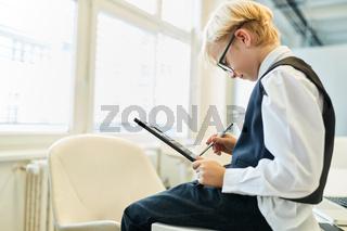 Junge als Buchhalter beim Controlling