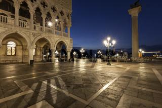 Markusplatz in Venedig bei Nacht mit Blick auf den Dogenpalast