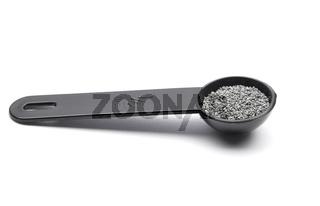 Mohn in Dosierlöffel auf weißem Hintergrund - Poppy seeds in measuring spoon on white background