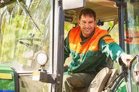 Waldarbeiter in Kabine von Forsttraktor