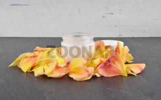 Naturkosmetik und Blütenblätter auf Schiefer - Natural cosmetics and rose petals on shale
