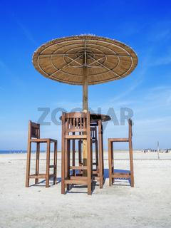 Strandbar mit Tisch und Sonnenschirm