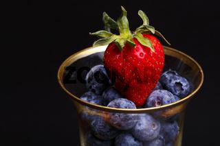 Erdbeeren und Blaubeeren im Glas