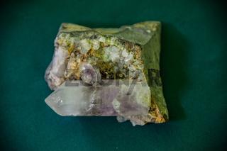 Amethystkristall auf Muttergestein