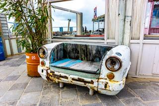 Dekorative Sitzbank aus altem Auto