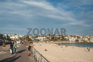 Sydney, Australien, Strandpromenade und Menschen am Strand von Bondi Beach