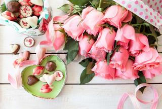 Frische Rosen und Pralinen