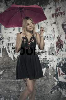 Junge Frau ignoriert den Regen