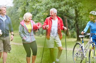 Senioren im Sportverein machen Fitness