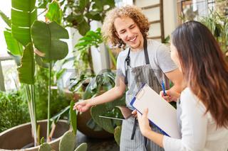 Florist Azubi und Prüferin mit Checkliste