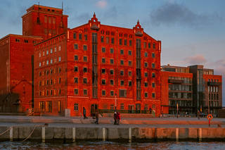Wismar alter Hafen im Sonnenuntergang