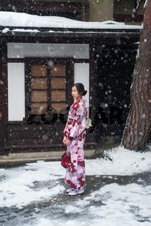 Takayama, Japan, Junge Frau im Kimono