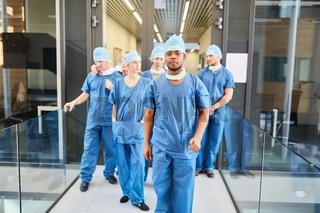 Ärzte als Chirurgie Team vor der Rettungsstelle