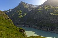 Stausee in einem engen Bergtal