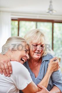 Zwei Senior Frauen halten sich in den Armen