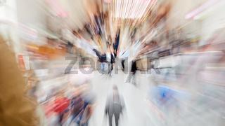 Zoom auf hektische Menschen und Leute auf Messe