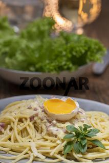 Spaghetti Carbonara auf einem weißen Teller