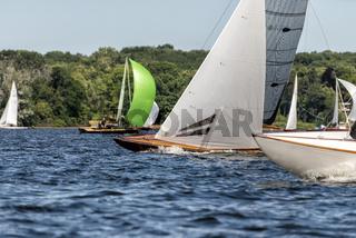 klassische Segelyacht auf einem See während einer Regatta