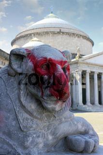 Löwe vor Kirche