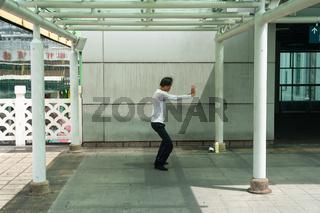 Singapur, Republik Singapur, Mann praktiziert in Chinatown Tai chi