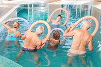 Senioren machen Rückentraining im Wasser