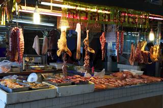 typischer Stand für Fleisch auf dem Banzaan fresh market, Patong
