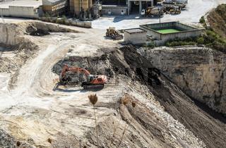Mining career and machine for crushing stones