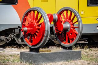 rote Lokomotivräder mit Achse