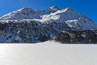 Der zugefrorene Silsersee mit der Piz de la Margna
